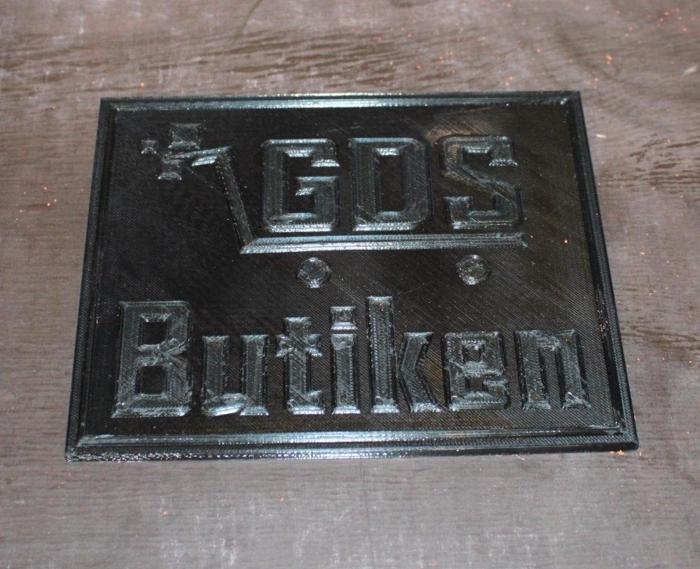 Gjuta metall i sand: Formen vi kommer gjuta av GDS Butiken skylt i plast.