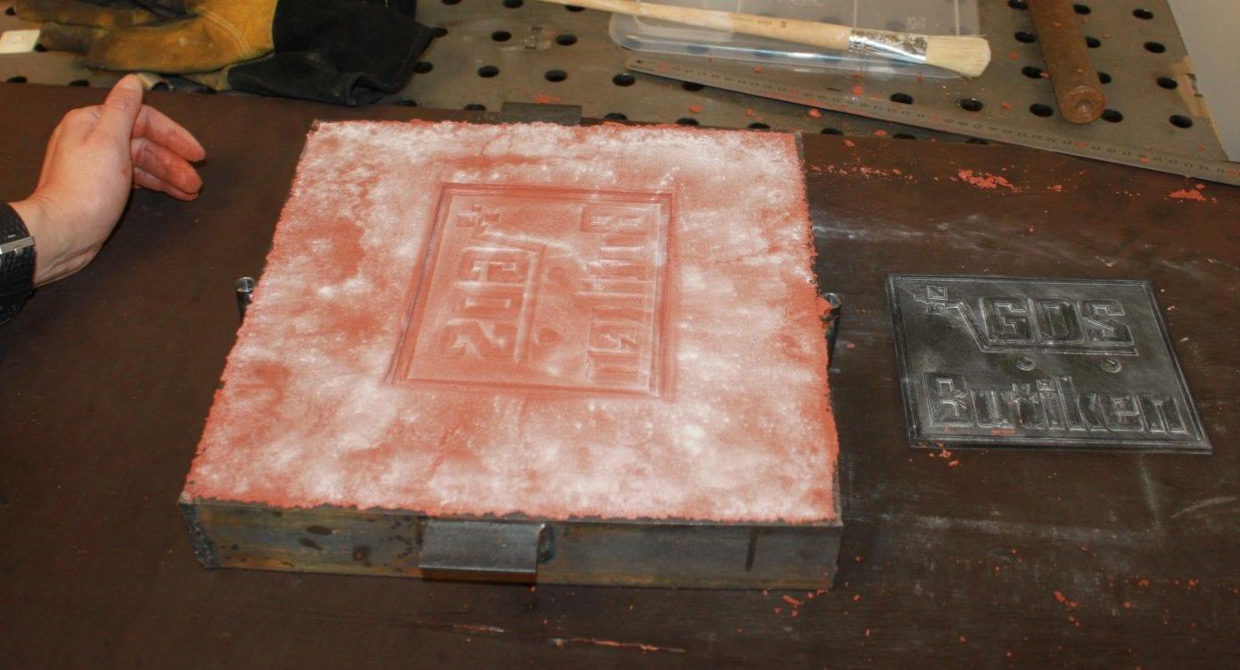 Gjuta metall i sand: Avgjutningsformen är borttagen och man kan se mönstret i gjutsanden.
