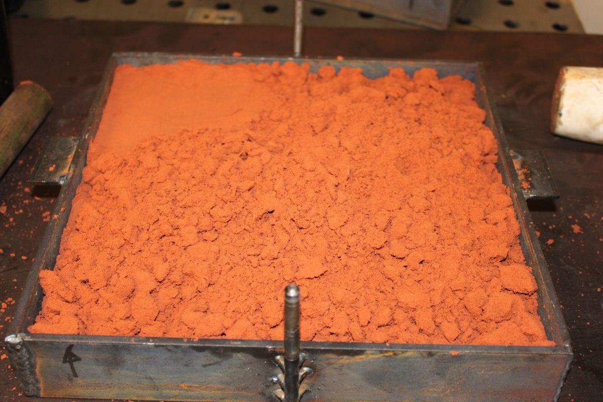 Gjuta metall i sand: Gjutsand i gjutformsramen.