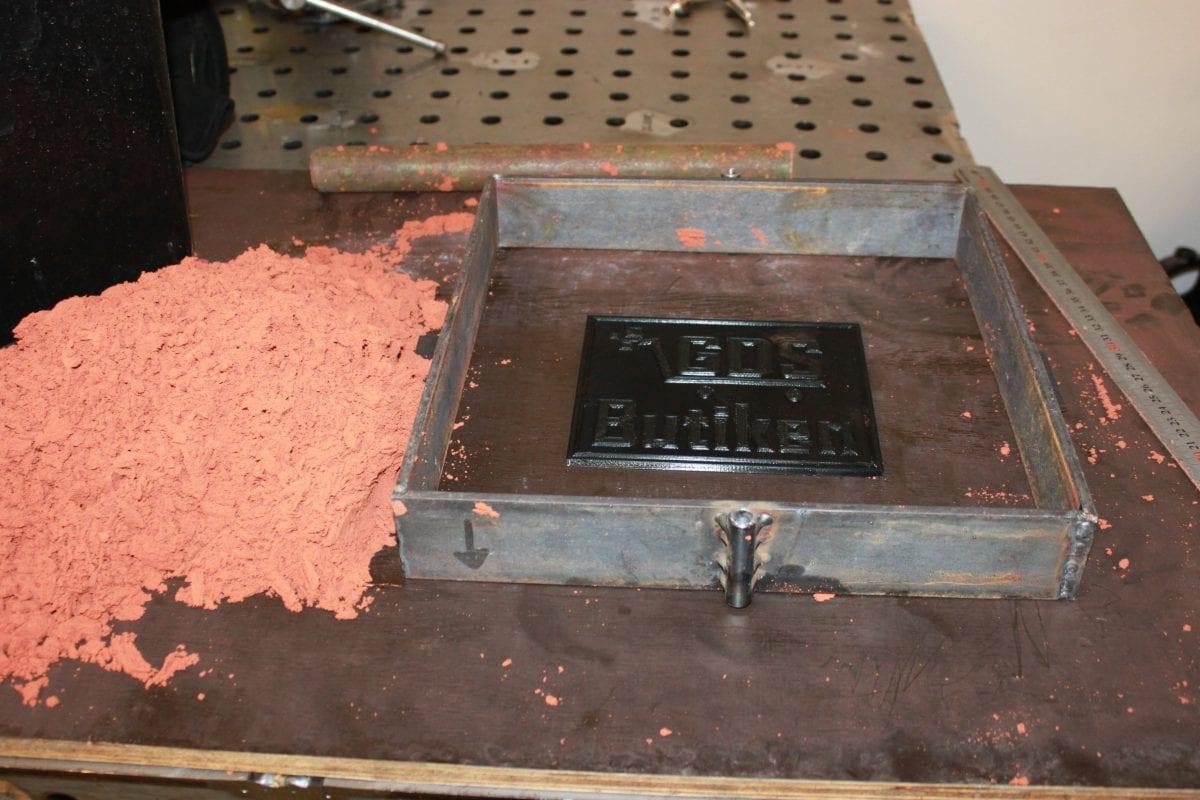 Gjuta metall i sand: Lägg avgjutningsformen i ramen.